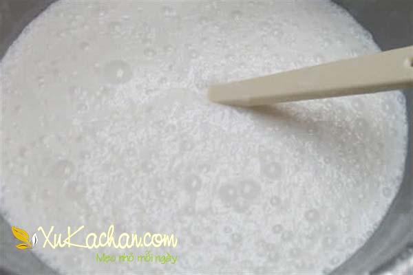 Đun nước cốt dừa cùng bột vani - cách làm bánh bò hấp
