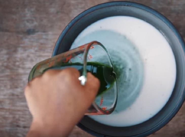Trộn phần bột lá dứa
