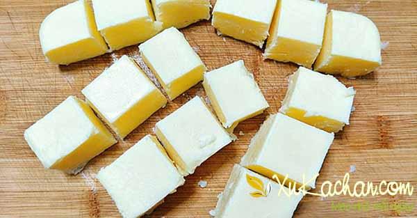Cắt sữa tươi ra thành từng miếng vuông nhỏ vừa ăn