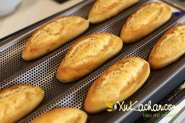 Nướng bánh mì khoảng 20 phút với mức nhiệt 200 độ C