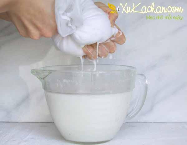 Vắt lấy khoảng 300 ml nước cốt dừa