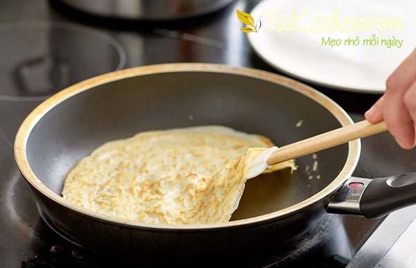 Chiên bánh Crepe cho đến khi chín vàng