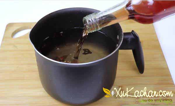 Đổ rượu vang vào sau khi nước muối nguội hẳn