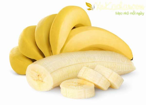 Nên chọn chuối ngự, chuối sứ hoặc chuối tây có vỏ mỏng và màu vàng ruộm để làm chuối sấy