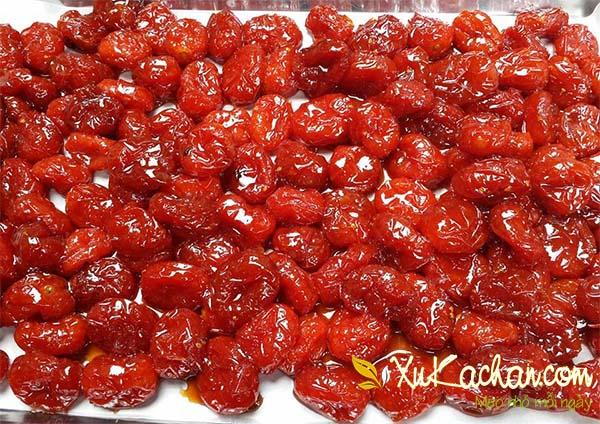 Hong mứt cà chua bằng cách trải đều mứt ra khay