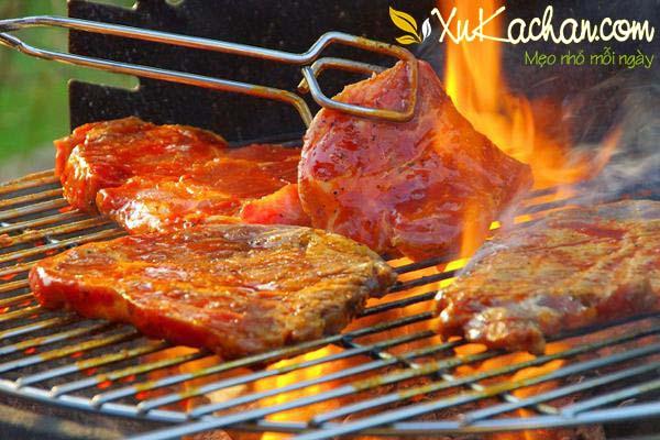 Nướng thịt bò bằng bếp than hoa