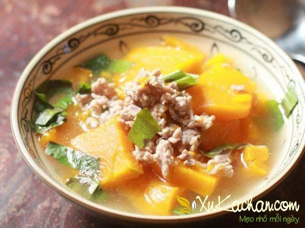 Thành phẩm món canh bí đỏ thịt băm, tôm khô thơm ngon bổ dưỡng
