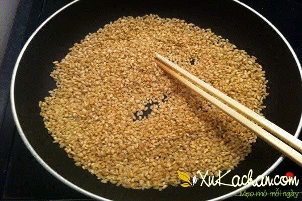 Gạo nếp cho vào chảo rang chín vàng và thơm là được
