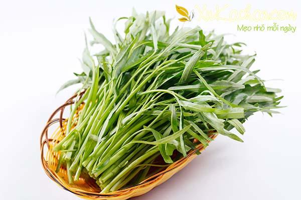 Chuẩn bị rau muống để chế biến món rau muống xào tỏi - cách xào rau muống xanh