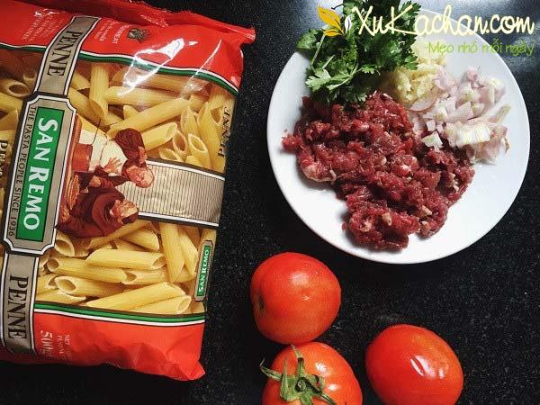 Một số nguyên liệu làm nui xào bò sốt cà chua cần chuẩn bị - cách làm nui xào thịt bò
