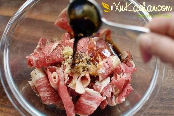 Thịt bò thái mỏng, ướp gia vị - cach lam nui xao bo