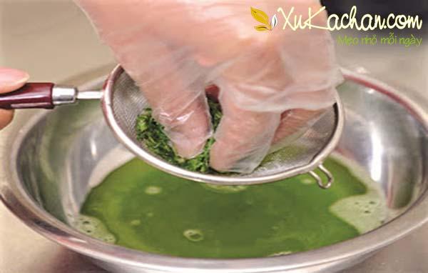 Vắt lá dứa lấy phần nước cốt và loại bỏ phần bã