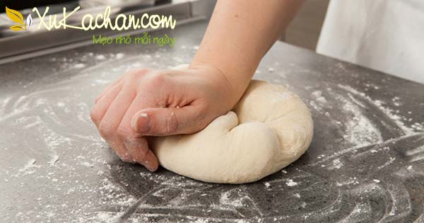Nếu không có máy trộn bạn có thể nhào bột bằng tay