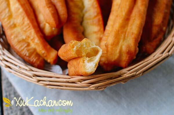 Vớt quẩy ra đĩa hoặc rổ để sẵn giấy thấm dầu - cách làm quẩy bằng bột mì