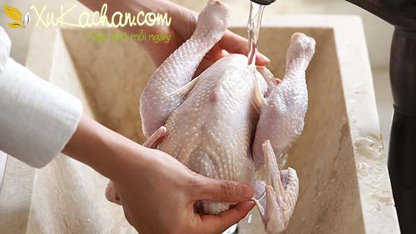 Sát muối lên mình gà rồi rửa lại thật sạch dưới vòi nước khoảng 2-3 lần