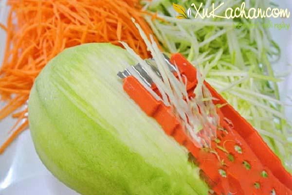 Xoài xanh và cà rốt bào sợi nhỏ