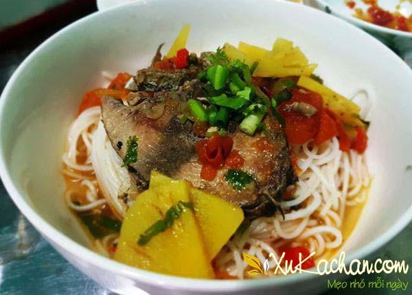Hoàn thành và thưởng thức món bún cá ngừ