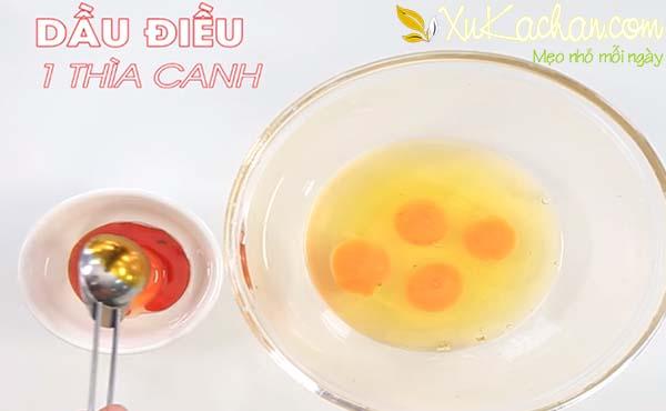 Đập trứng vào tô (để riêng lòng đỏ 1 quả ra chén khác) rồi cho dầu điều vào