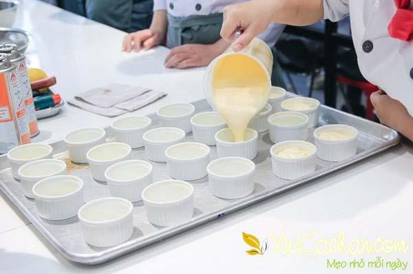 Đổ bánh vào khuôn, chỉ đổ khoảng 3/4 không nên đổ đầy - hướng dẫn cách làm bánh flan