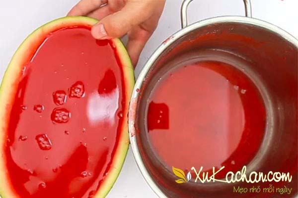 Đổ thạch dưa hấu vào 2 nửa vỏ dưa