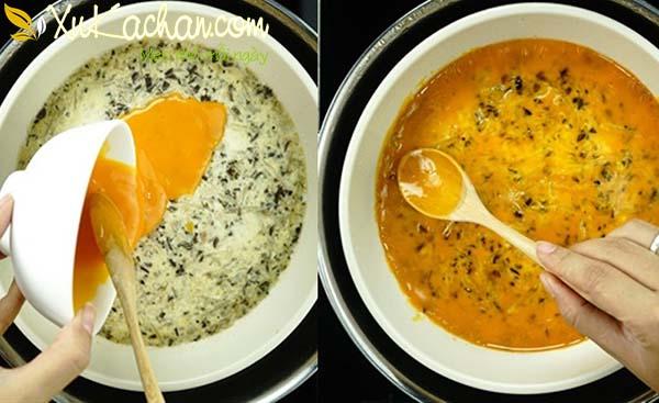 Quét lòng đỏ lên trên mặt chả trứng rồi cho vào hấp tiếp