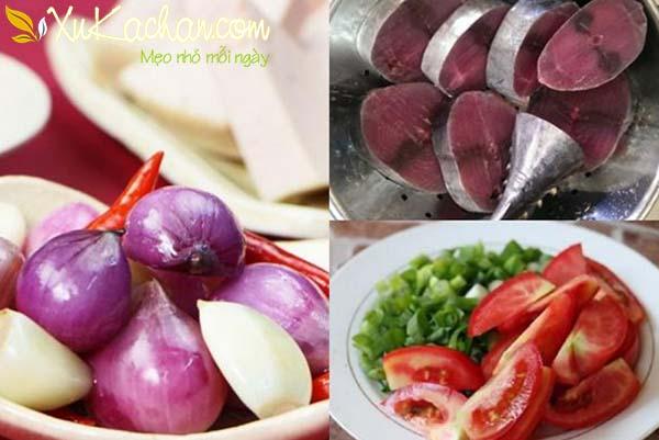 Sơ chế các nguyên liệu nấu bún cá ngừ