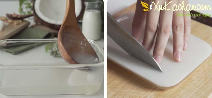 Đổ từ từ rau câu vào khuôn, khi nào rau câu đặc thì đem cắt thành từng miếng vừa ăn