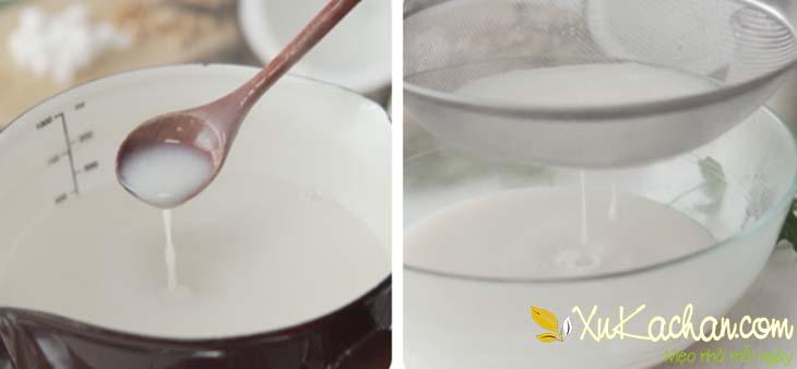 Khuấy đều hỗn hợp sữa dừa rồi lọc qua rây cho mịn hơn
