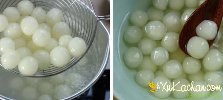 Luộc trân châu rồi cho vào tô nước đường để nguội