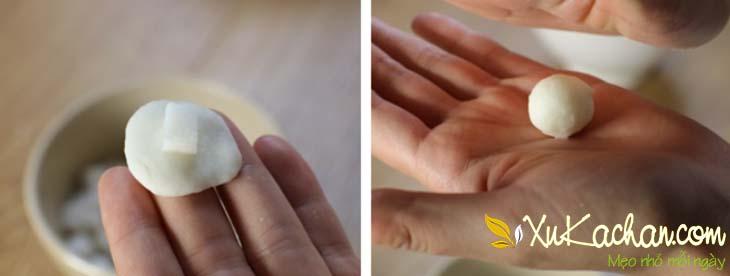 Cho cùi dừa khô vào bên trong bột năng rồi nặn thành từng viên trân châu tròn nhỏ