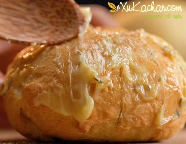 Thấm phần nước sốt bơ tỏi lên trên toàn bộ mặt bánh mì