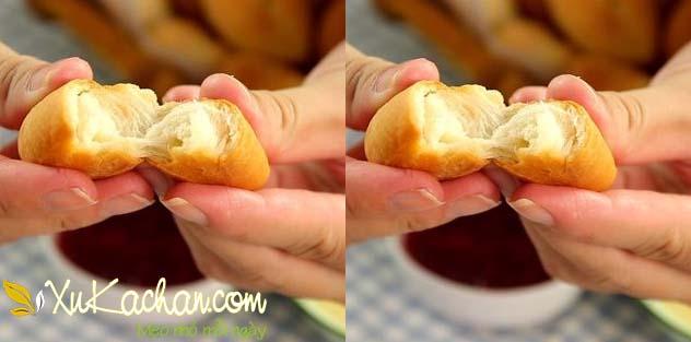 Thành phẩm chiếc bánh mì mini có được bên ngoài nóng giòn bên trong mềm thơm hấp dẫn