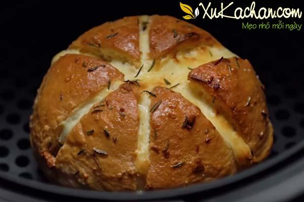 Nướng bánh mì phô mai bơ tỏi khoảng 7 phút với nhiệt độ 175 độ C