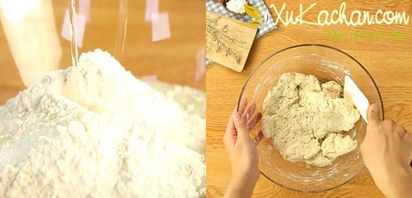 Trộn hỗn hợp bột thật đều