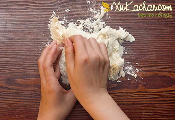 Trộn vào nhào bột bánh mì cho thật dẻo và mịn