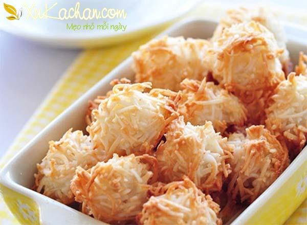 Bánh dừa nướng có vỏ ngoài bùi bùi giòn giòn, bên trong mềm dẻo đậm vị béo thơm