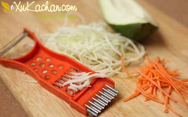 Đu đủ và cà rốt bào thành sợi nhỏ, mỏng và dài - cách làm nộm đu đủ cà rốt chay