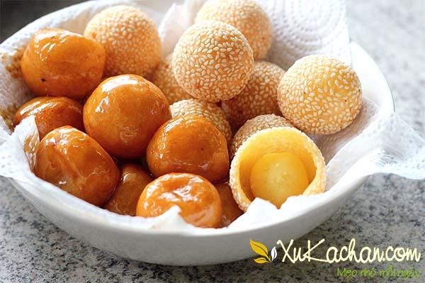 Bánh rán khi phủ một lớp đường và bánh ran sau khi rắc mè rang phủ kín xung quanh