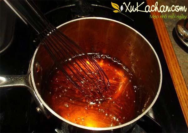 Cho đường vào chưng nước màu - cách làm thịt kho tàu
