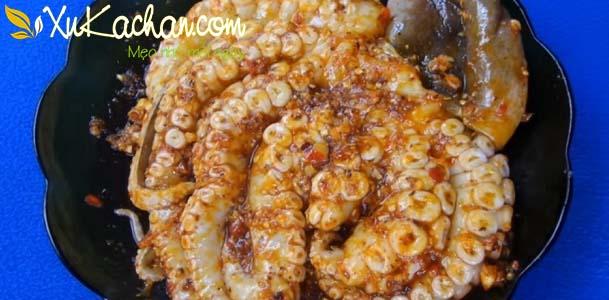 Ướp bạch tuộc khoảng 30 phút cho ngấm đều gia vị rồi đem đi nướng - cách ướp bạch tuộc nướng ngon